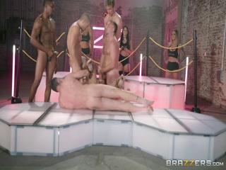 Секс с молодыми девушками в ночном клубе на танцполе и столе - порно видео для дрочки