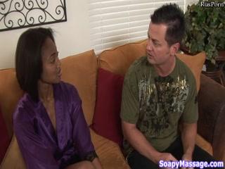 Мужик трахает красивую девушку с красивой грудью в пизду и рот на диване