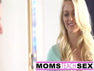 Сексуальная мамаша блондинка занимается страстным трахом со своим сыном дома