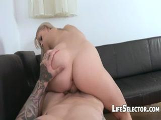 Секс с русской девушкой в машине - видео для дрочки дома!