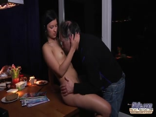 Порно видео ретро дед ебет внучку на диване, а она стонет