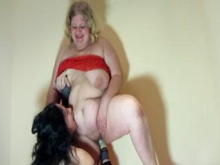 Русское порно видео онлайн бесплатно о том, как зрелая дама ебет молодую девушку в пизду и рот руками