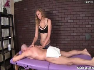 Блондинка делает массаж члену и трахается с клиентом в пизду на масса