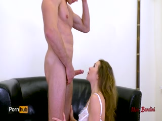 Сочная блондинка лижет хуй парню, а потом сосет его до оргазма!