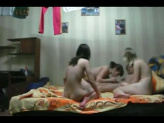 Секс втроем с парнем и тремя девушками на кровати в спальне дома у одной из девушек