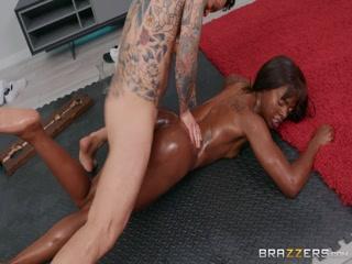Порно видео массажа с негром и молодой девушкой-брюнеткой