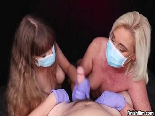 Голая зрелая женщина в очках мастурбирует член мужика