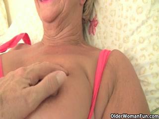Смотреть порно зрелых лесбиянок - две блондинки ласкают друг друга