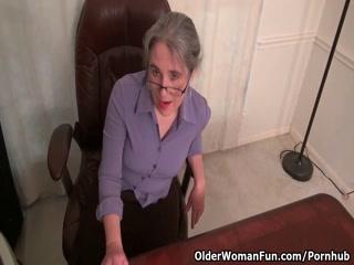 Бабушка показывает хуй молодому парню и трахает