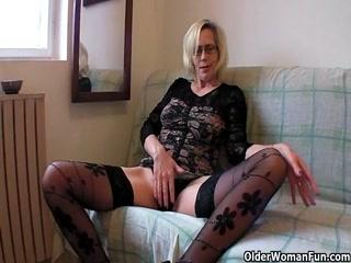 Зрелая женщина в чулках трахает себя самотыком, получая оргазм от этого процесса