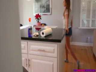 Секс с молодой девушкой на диване дома - видео для дрочки