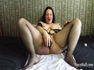 Толстушки с большой грудью трахаются со страпоном и руками дома на диване