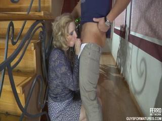 Секс со зрелой блондинкой на лестнице дома в киску и поп