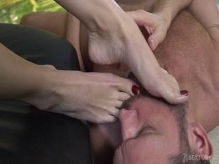Мужик трахнул русскую девушку пальцами ног и кончил ей прямо